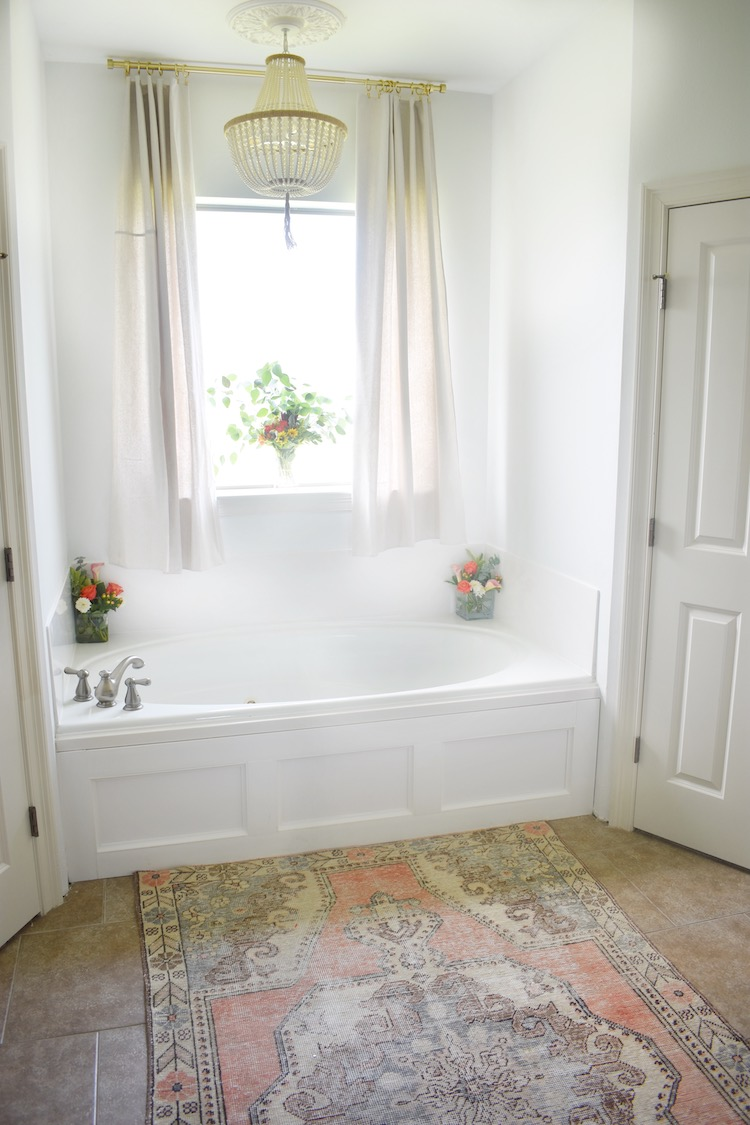 How to Add Decorative Moulding to a Bathtub